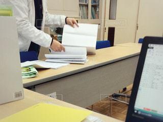 女性,屋内,青,黄色,手,テーブル,オフィス,机,パソコン,人物,人,書類,PC,ビジネス,作業,冊子,紙,コンピューター,準備,テキスト,ファイル,イス,会議,会議室,資料,データ,ノート パソコン,ビジネスシーン,検討,月次資料,折り込み,収支報告