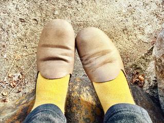 マスタードカラーの靴下の足もとのクローズアップの写真・画像素材[2780066]