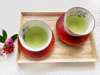 木製トレーの上の緑茶の写真・画像素材[2782505]
