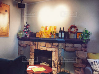 家具と暖炉で満たされたリビングルームの写真・画像素材[2802013]