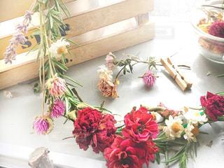 テーブルの上にピンクの花で満たされたドライフラワーのリースの写真・画像素材[2808501]