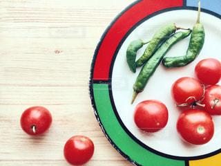 皿の上のミニトマトとししとうの写真・画像素材[2820751]