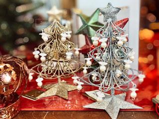 シルバーとゴールドのクリスマスツリーの写真・画像素材[2846296]