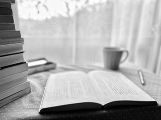 本の山で読書の写真・画像素材[2893062]