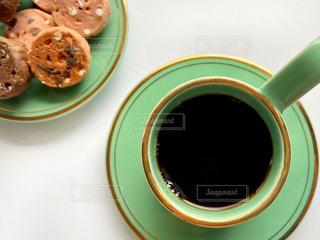 テーブルの上でコーヒーを一杯の写真・画像素材[2910524]
