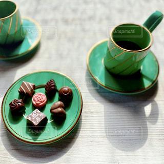 テーブルの上のコーヒーとバレンタインチョコの写真・画像素材[2927598]