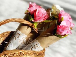ピンクの花で満たされたバスケットの写真・画像素材[2960668]