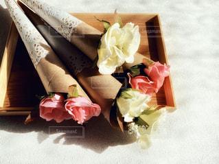 テーブルの上のプレゼントの花束の写真・画像素材[2960669]