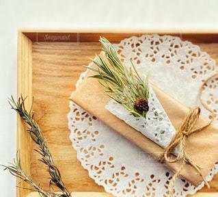 木製のテーブルの上のプレゼントボックスの写真・画像素材[2960897]