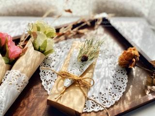 木製のテーブルの上のプレゼントの写真・画像素材[2964095]