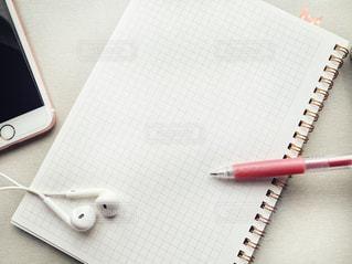 テーブルの上のペンとノートの写真・画像素材[2982618]