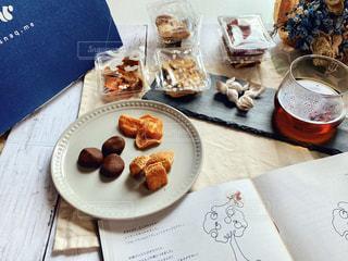 食べ物の皿をテーブルの上に置くの写真・画像素材[3024227]