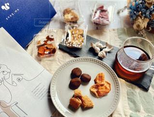 テーブルの上に座っている食べ物の束の写真・画像素材[3024224]