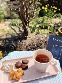 テーブルの上にコーヒーを一杯入れるの写真・画像素材[3024245]