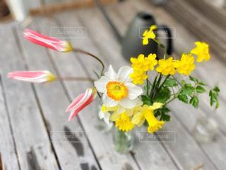 黄色い花の上に座っている花の花瓶の写真・画像素材[3065161]