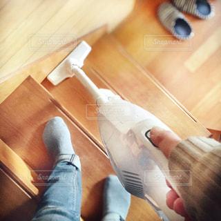 ハンディクリーナーで階段掃除をする人の写真・画像素材[3088107]