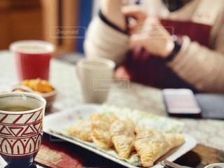 緑茶とアップルパイでくつろぐ人の写真・画像素材[3115388]