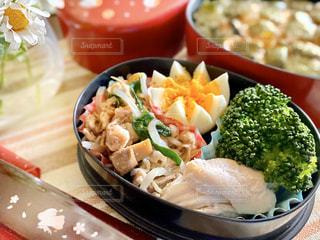 テーブルの上に食べ物を1杯入れるの写真・画像素材[3123252]