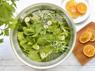 皿の上に食べ物のボウルの写真・画像素材[3145374]