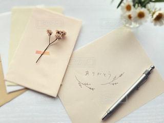 テーブルの上の紙の写真・画像素材[3184974]
