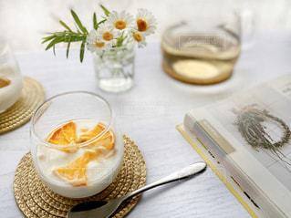 食べ物の皿と一杯のコーヒーをテーブルの上に置いての写真・画像素材[3185719]