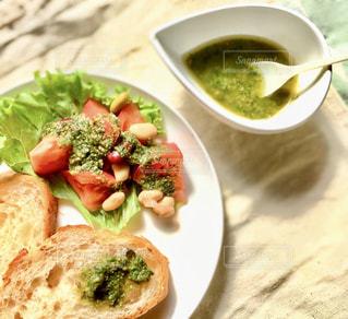 食べ物の皿をテーブルの上に置くの写真・画像素材[3278802]