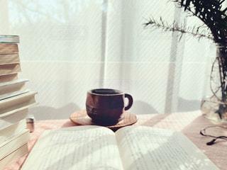 ベッドに座っている花瓶の写真・画像素材[3315863]