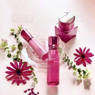 テーブルの上に花の花瓶の写真・画像素材[3372081]