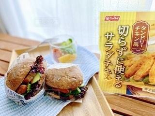 テーブルの上に座っているサンドイッチの写真・画像素材[3632975]