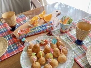 食卓の上の食べ物の写真・画像素材[3750329]
