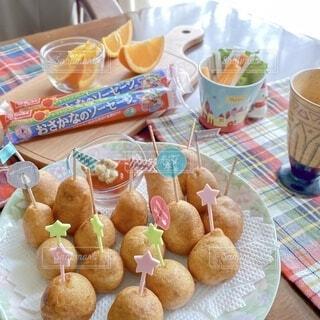 食べ物の皿をテーブルの上に置くの写真・画像素材[3750331]