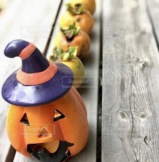 ジャックオーランタンと柿の整列の写真・画像素材[3779635]