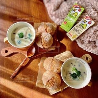 木製のテーブルの上に座っている食べ物の皿の写真・画像素材[3789138]