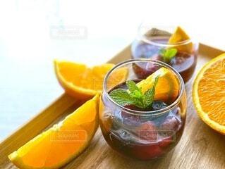 テーブルの上のフルーツドリンクとオレンジの写真・画像素材[3824087]