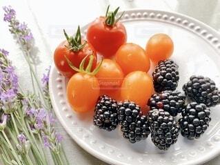 皿の上のミニトマトと果物の写真・画像素材[3824098]