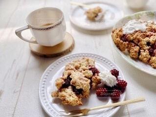 手作りクランブルケーキと紅茶の写真・画像素材[3853763]