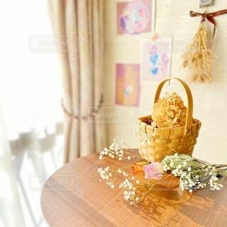 テーブルの上のドライフラワーの花束の写真・画像素材[4165989]