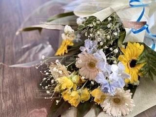 テーブルの上の花束の写真・画像素材[4165991]