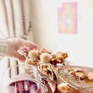 窓辺でテーブルに花束を置く女性の写真・画像素材[4166011]