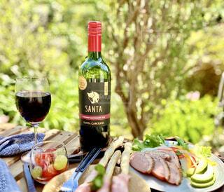 テーブルの上のワインの写真・画像素材[4315629]