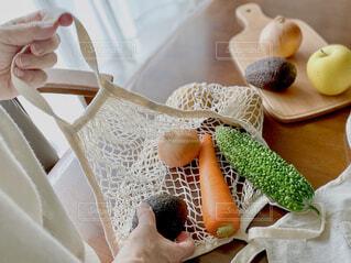 エコバックから野菜を取り出す女性の写真・画像素材[4367266]