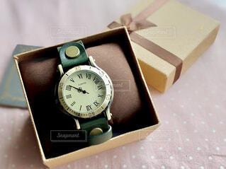 テーブルの上のプレゼントの腕時計の写真・画像素材[4396819]