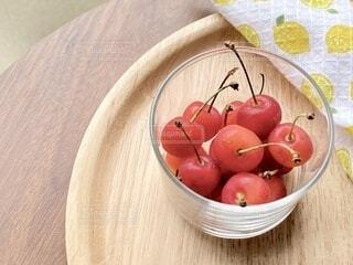 木製のテーブルの上に座っている果物のボウルの写真・画像素材[4813827]