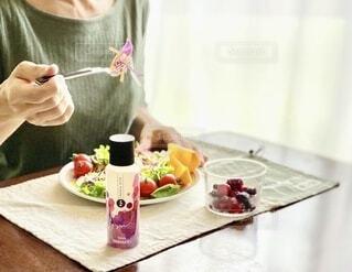 食べ物,屋内,テーブル,フルーツ,果物,野菜,健康的,人物,人,食器,ボトル,サラダ,料理,ドリンク,ファストフード,アンバサダー,ベースミネラル