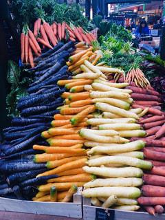 展示された異なる野菜の束の写真・画像素材[2367777]