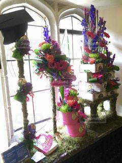 クリスマスツリーの隣のテーブルの上の花瓶の写真・画像素材[2373821]
