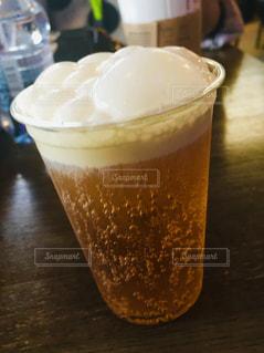 コーヒー1杯とビール1杯をテーブルの上に置くの写真・画像素材[2382009]