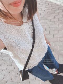 レンガ造りの建物の前に立っている女性の写真・画像素材[2426101]