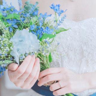 花を持つ人の写真・画像素材[2799963]