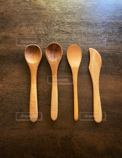 テーブルの上に並べた木製のスプーンの写真・画像素材[2914786]